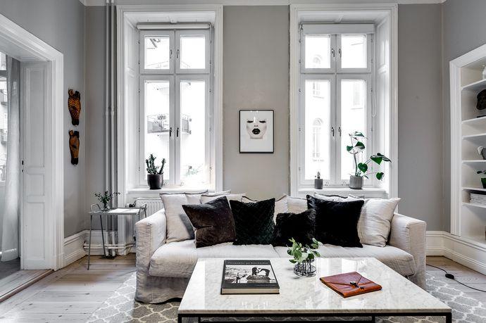 På attraktiv adress intill Vasaparken ligger denna drömlägenhet i vacker fastighet från 1893. Cirka 3,2 meter till tak. Mycket väl avvägd planlösning med balkong och högresta fönster ut mot lugn innergård. Välbevarad lägenhet med mycket sekelskiftesdetaljer och braskamin. Genomgående vackra trägolv, höga golvsocklar, speglade dörrar och fönsternischer. Stilrena färg- och materialval. Stabil och lågt belånad förening.