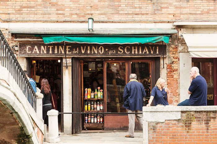 Wine Shop in Venice Italy | photography by http://www.inloveinitaly.it/