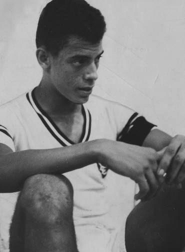 Início de carreira. Carlos Alberto Torres começou a jogar profissionalmente pelo Fluminense