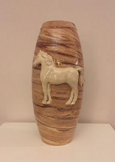 Paarden urn met contrasterende en voelbare afbeelding in reliëf.
