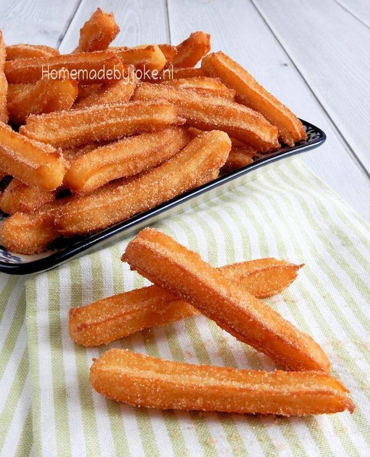 Churros met kaneel suiker. Het recept voor deze overheerlijke en zelfgemaakte churros staat op mijn blog Homemade by Joke.