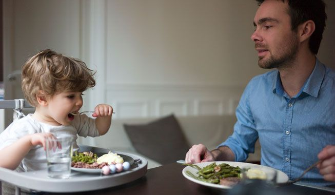 Kan tumling spise selv endnu? Dit barn skal have lov til at prøve sig frem, for at nå målet – at lære at spise selv.