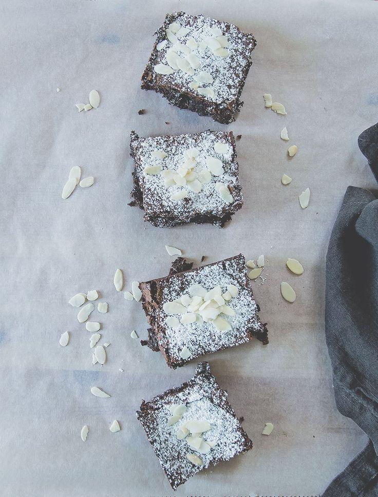 Vediamo assieme come fare in casa la Torta Barozzi: caffè, cioccolato, mandorle e arachidi uniti in un dolce eccezionale e... gluten free!