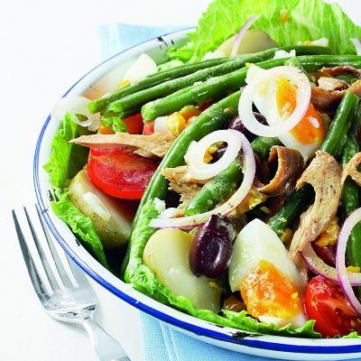 1.Pune cartofii să fiarbă în coajă, în apă cu sare, după care curăţă-i și taie-i cubuleţe.2.Separat, călește o ceapă împreună cu ciupercile tăiate felii.3.Așază frunzele de salată într-un castron. Pune cartofii, roșiile tăiate în felii și ouăle în sferturi.4.Adaugă ciupercile călite, măslinele, fasolea fiartă separat în apă cu sare și restul de ceapă tăiată julien.5.Potrivește …