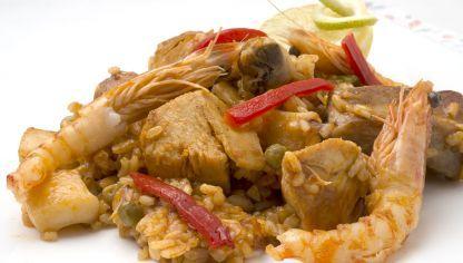 Karlos Arguiñano prepara una receta de arroz con pollo, costilla de cerdo, calamares, guisantes y langostinos.