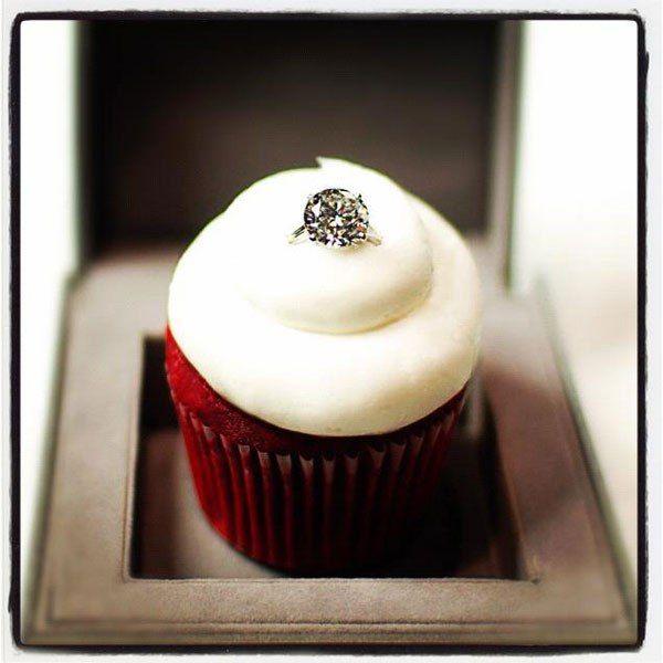 Специально ко дню Святого Валентина кондитерская совместно с ювелирным бутиком Warwick Jewelers выпустили нежный английский кекс Sparkling Red Velvet Cupcake стоимостью $ 55 000. Такой высокий ценник обусловлен тем, что к кексу прилагается изящное обручальное кольцо из белого золота с 8-каратным белым бриллиантом