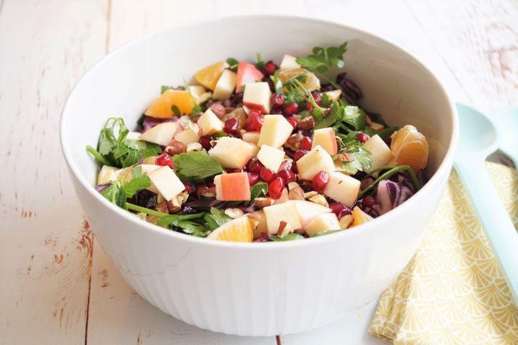 Den bedste rødkålssalat med æble og mandarin - granatæblekerner og hasselnødder. En flot og farverig salat som passer perfekt til julemaden.