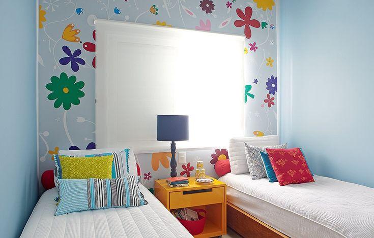 A casa de praia também tem um quarto decorado especialmente para as crianças. A arquiteta Andrea Murao usou um adesivo infantil personalizado