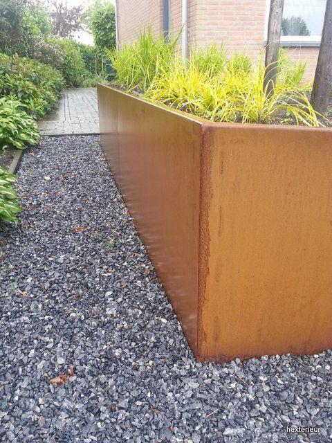 detail tuin met cortenstalen bak