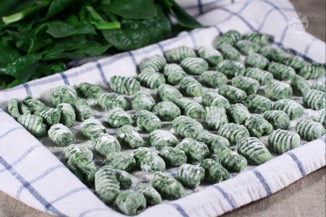 Gli gnocchetti verdi sono una sfiziosa variante dei classici gnocchi di patate, a donare agli gnocchi il caratteristico colore sono gli spinaci, amalgamati insieme alle patate.