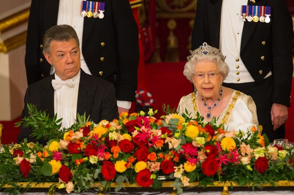 Queen Elizabeth II Photos Photos - Queen Elizabeth II and Colombia's president Juan Manuel Santos attend a State Banquet at Buckingham Palace on November 1, 2016, in London, England. The President of the Republic of Colombia Juan Manuel Santos and his wife Maria Clemencia Rodriguez de Santos are paying their first State Visit to the UK as official guests of Queen Elizabeth. - A State Banquet Is Held in Honour of President Santos of Colombia and Mrs Santos