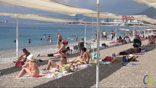 Çalınan şemsiyelerin yerini branda aldı ANTALYA Büyükşehir Belediyesi tarafından 2014 yaz sezonunda tamamı ücretsiz olarak halka açılan Konyaaltı Plaj şeridinde değişik göze çarpıyor.