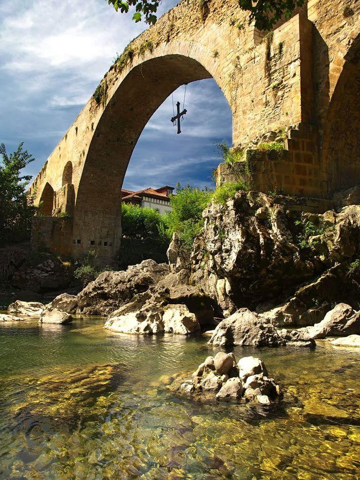Se trata de un puente con una cruz que se cuelga debajo de él situado en Murcia.