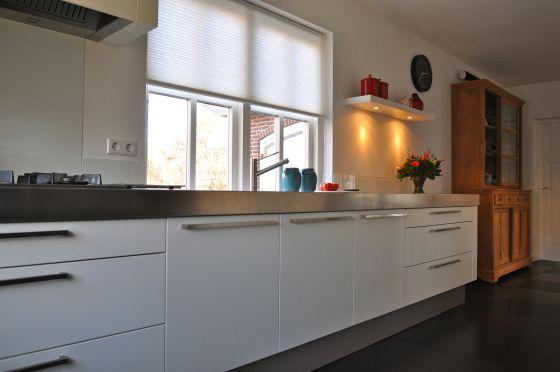 moderne witte keuken met rvs keukenblad na STIJLIDEE Interieuradvies en Styling via www.stijlidee.nl