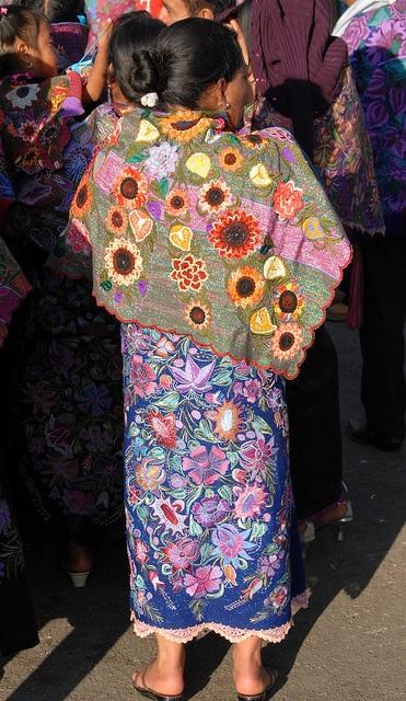 Maya Woman Chiapas Mexico by Teyacapan, via Flickr The shawl is so special. Love it's contemporary vibe.