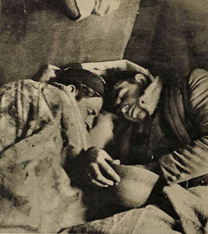 Solo hay una cosa más agotadora que una derrota: la victoria completa. Dos soldados republicanos lo duermen todo tras luchar 72 horas seguidas contra las tropas fascistas italianas en Guadalajara.