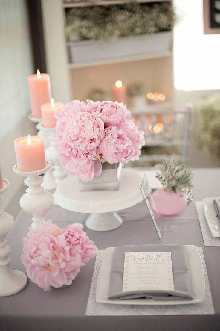 décorer la table Saint-Valentin de façon romantique avec une nappe gris clair, centre de table composé de pivoines rose pâle et bougies cylindriques rose pâle
