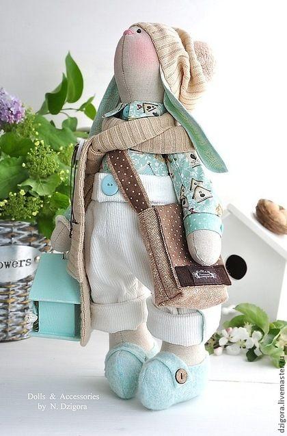 Купить или заказать Кролик Доминик в интернет-магазине на Ярмарке Мастеров. Кролик Доминик - ещё один представитель новой весенней коллекции. Довольно крупный и упитанный кролик, искренне и самозабвенно влюблённый в Весну. Рост кролика - 43 см. Сшит из льна, одет в хлопковую рубашку с весёлым принтом, вельветовые штанишки с отворотами, трикотажные шарфик и шапку с помпоном. Обут в башмачки из войлока. Модная твидовая сумка через плечо и деревянный скворечник для птиц…