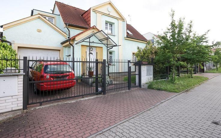 Продажа дома 4-комн., Прага 9 - Винорж, цена 350 000 евро http://portal-eu.ru/doma/4-komn/realty232  Предлагается на продажу дом 4+1 площадью 240 кв.м с участком 493 кв.м в районе Прага 9 – Винорж стоимостью 350 000 евро. Дом был реконструирован и состоит из двух этажей. Первый этаж дома состоит из прихожей, лестницы, комнаты для гостей, ванной комнаты с душевой кабиной и туалетом и гостиной, в которой находится столовая и вход на кухню. Этажом выше есть ванная комната с ванной и туалетом…