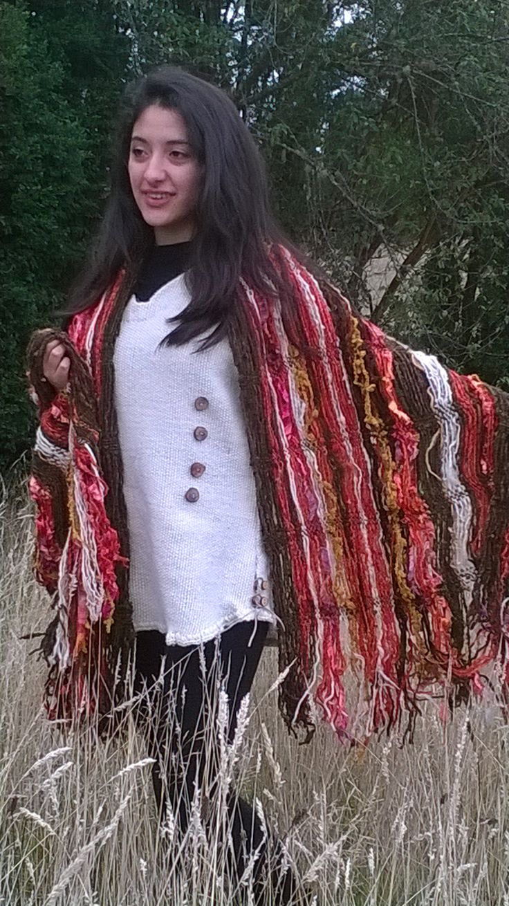 Jumper corto Confeccionado en telar mapuche , en lana natural. Con botones de madera. Acompañado de un lindo echarpe en vivos colores