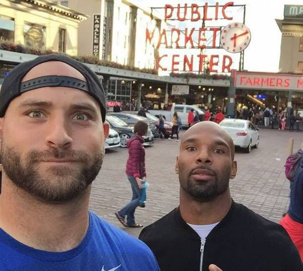 Matt Forte and Kyle Long pose as 'street models' in Seattle - http://chicago.suntimes.com/bears-football/7/71/992512/matt-forte-kyle-long-street-models