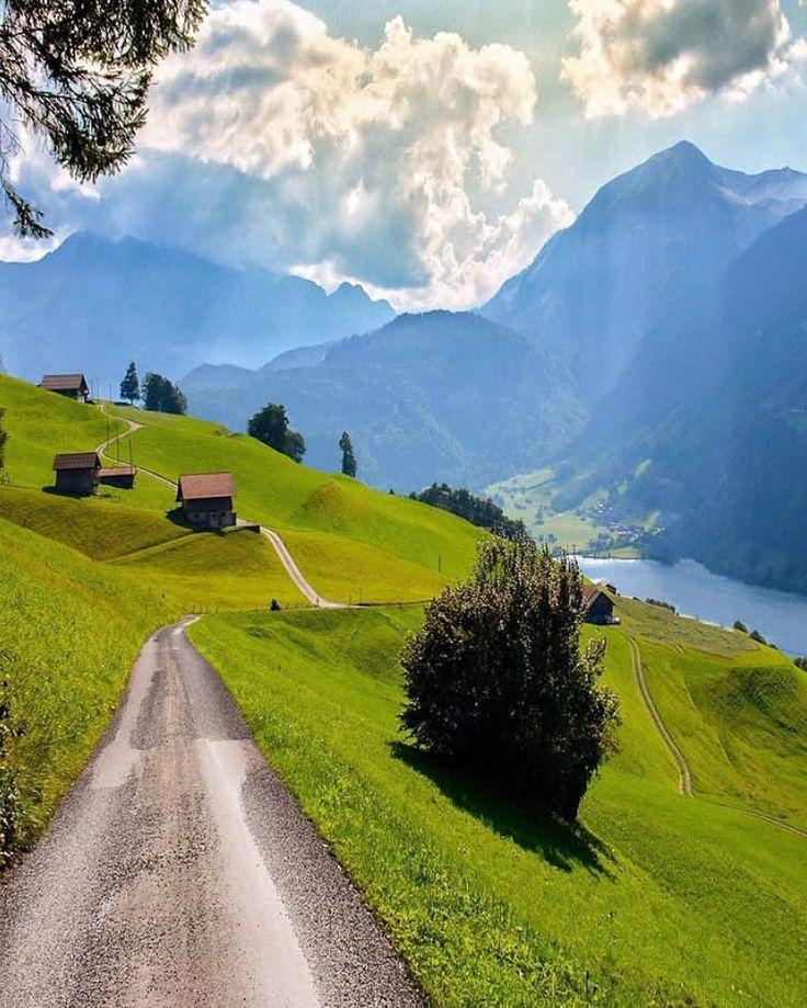O tempo é mais valioso quando você não o possui.  provérbio suíço  Foto: caminho em Lungern Suíça por @sennarelax