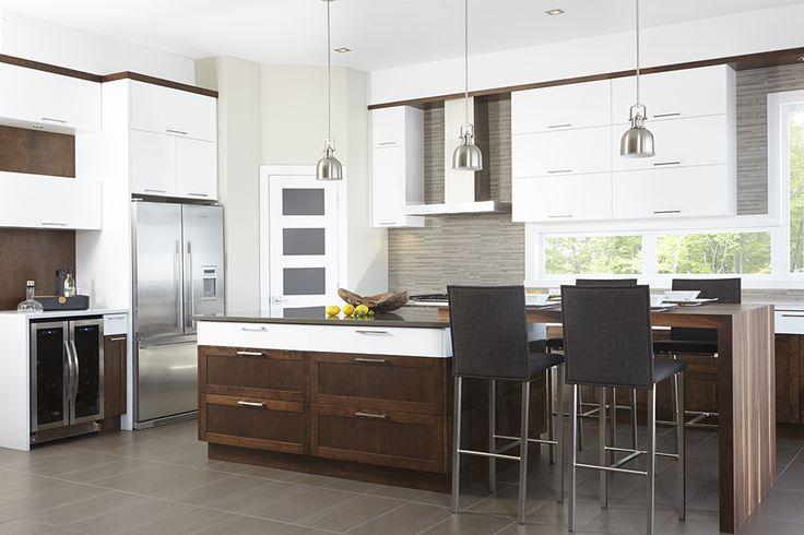 Armoires de cuisine contemporaine en MDF laqué blanc pur et merisier teint. Comptoir de cuisine en quartz et tablette lunch en noyer « bloc de boucher ».