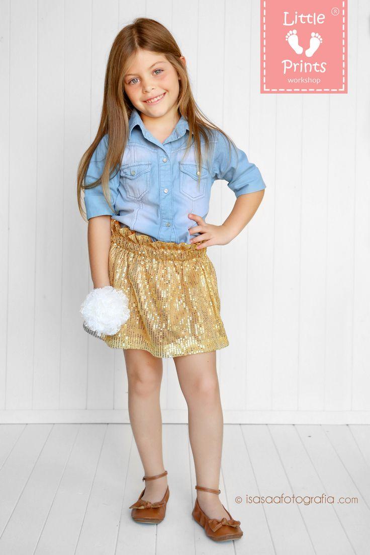 Nuevas faldas de lentejuelas doradas, camisa de chambray claro, balaca en chiffon y encaje marfil y ballerinas en cuero color miel.  Por Little Prints Workshop  Foto: Isa Saa FOTOGRAFÍA