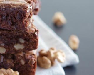 Brownies aux noix et chocolat sans matières grasses : http://www.fourchette-et-bikini.fr/recettes/recettes-minceur/brownies-aux-noix-et-chocolat-sans-matieres-grasses.html