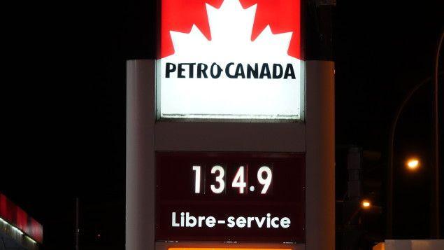 Les automobilistes québécois auront la désagréable surprise de constater une hausse de 10 cents le litre d'essence lors de leur prochain passage à la station-service. Le passage de l'ouragan Harvey dans le sud des États-Unis en est la raison, selon les économistes.