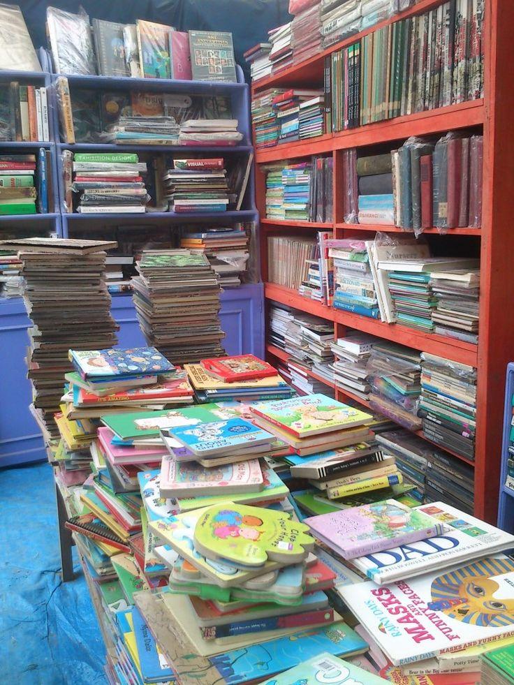 Festival Kesenian Yogyakarta! Ini stand Loak Book Shop. Buku-buku jadul yang kayaknya kalo mau ngublek-ngublek bisa dapetin buku bagus. Disini, beli satu buku. Harga 25k jadi 20k. Buku anak-anak, bahasa inggris. Buat apa? Investasi dong :)