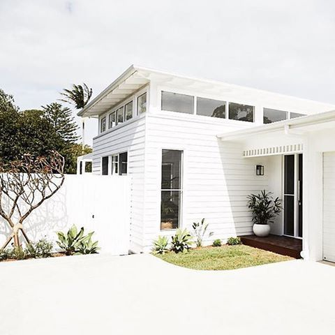 This cute coastal home by @dbbuilding really turns it on on a sunny day and the Linea panels are durable enough to withstand the sea salt spray and harsh coastal conditions. #australianarchitecture #architecture #exterior #exteriordesign #scyonwalls