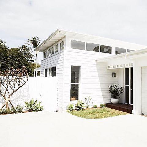 This cute coastal home by @dbbuilding