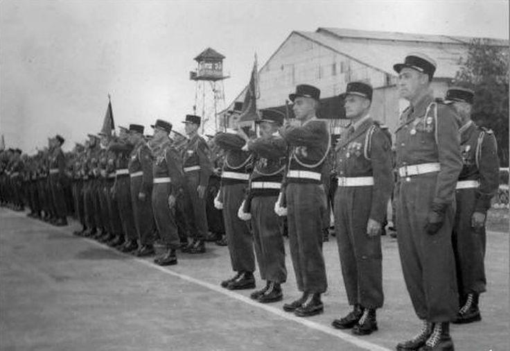 Hanoi - Bach Mai , 28 Octobre 1952 , 2ème Bataillon étranger d'Indochine. Remise de la Fourragère des Croix de guerre T.O.E. Commandant Bloch, Cne. Merglen, derrière Cne. Jeannerot