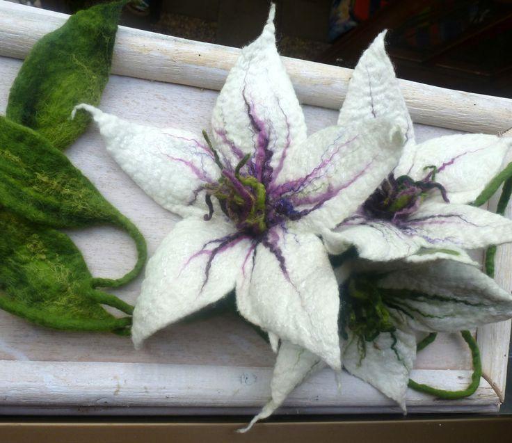 white felt flower van Sonnentaucher op Etsy
