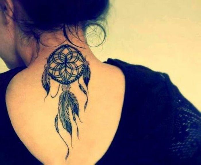 tatouage attrape reve nuque graphiques, filet, cerceau et plumes à l encre noire, une tenue noire