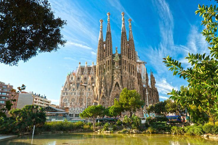 La Sagrada Familia es una gran iglesia católica en Barcelona. Es uno de los mayores atractivos de España. La construcción comenzó en 1882 y todavía completamente no se hace.