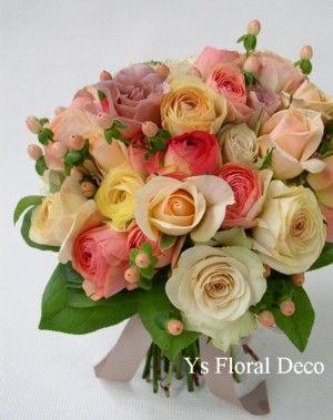 春らしいふんわりした色合いのラナンキュラスとバラのクラッチブーケです。 このときの白カラーブーケの新婦さんのお色直し用として2年前の3月にマンダリンオリ...