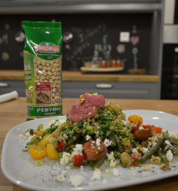 Μία από τις πιο χορταστικές και υγιεινές σαλάτες που έχετε δοκιμάσει ποτέ, φτιαγμένη με ρεβίθια και κινόα. Το χούμους παντζαριού θα δώσει έξτρα γεύση και χρώμα στο πιάτο.