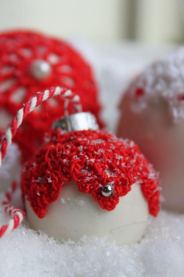 Kerstbal met een gehaakt kleedje uit inhaken op de winter