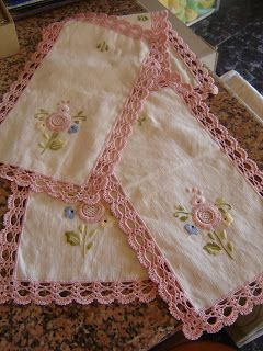 Mais um lindo jogo de panos para quarto, bordado à mão e com aplicação em croché!
