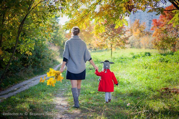 Почему я люблю фотографировать осенью? Всё просто ✌️Именно осенью получаются самые яркие кадры! Согласитесь, что на фоне привычной зелёной картинки осенние свежие краски 🍁🍃🍂 не могут не вдохновлять на создание чего-то красивого😀А так как речь про семейную фотопрогулку, то гармония весёлой и дружной семьи с ярким осенним природным окружением дают взрывной эффект счастья и радости! Кстати, есть ещё и скрытый плюс. Когда летом вы ожидаете наступление холодной и дождливой осени, просмотр…