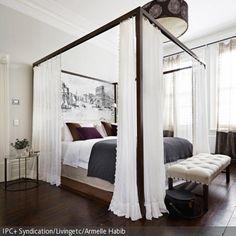 Opulent und dennoch dezent kommt das Himmelbett aus Holz daher. Durch die harmonische Farbangleichung mit dem Holzboden nimmt das Himmelbett optisch nicht zu viel …