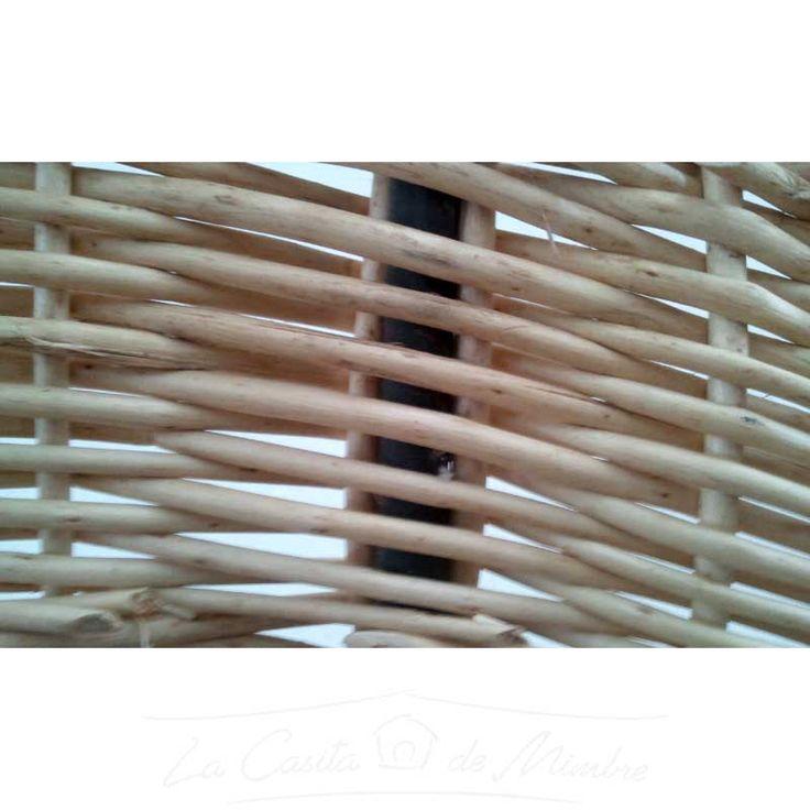 Detalle del tejido de una sombrilla de mimbre blanco