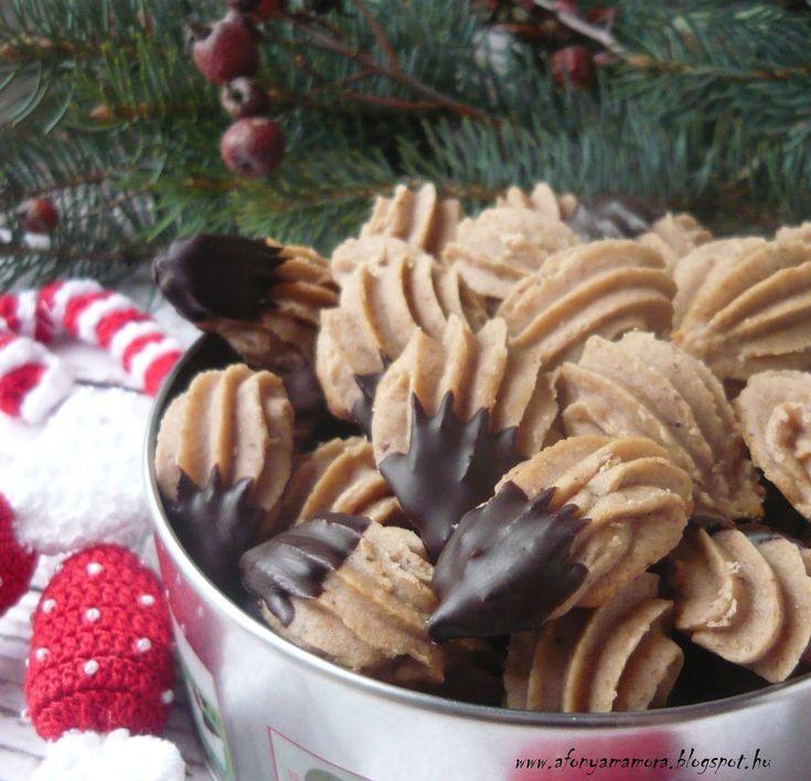 A karácsonyi aprósütemények sorát, folytassuk most egy puha, gesztenyés darabbal. A pathék, a kevert omlós tésztából készült édes teasütemé...