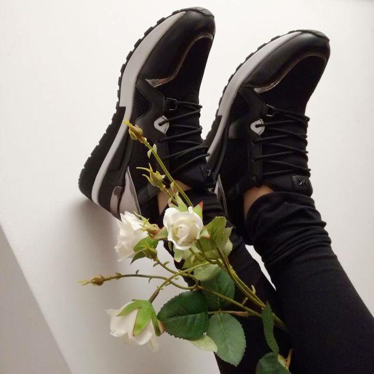 Good Vibes 😍 #sneakers per tutti #michalekors -30% Off 🔛riccishop.it  #sale #saleoff #riccicalzature #riccishop #shoes #mocassino #black #passionescarpe #woman #donna #bestoftheday #shopping #shoppingonline #adoro #cool #belle #levoglio #ragazza #venafro #isernia #molise #italy #madeinitaly #italianshop #multibrand #sneakers