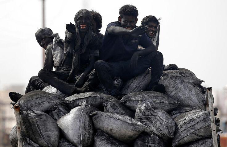 Photographie. La semaine en images (9 - 16 juin) Inde 13 juin. Des mineurs rentrent du travail. Le charbon représente plus de la moitié de la consommation d'énergie primaire du pays.