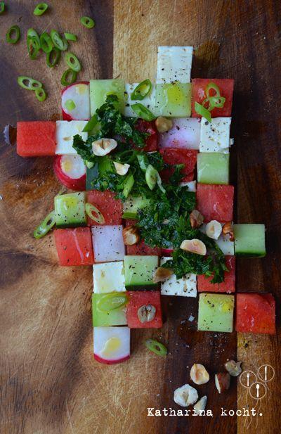 kreativ anrichten: Salat mit Gurken, Wassermelone, Feta, Radieschen