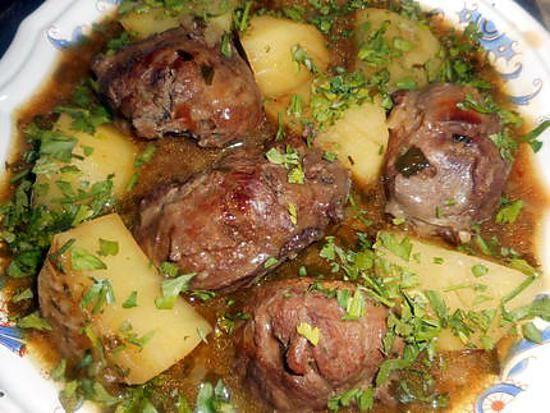 La meilleure recette de Joues de porc confites! L'essayer, c'est l'adopter! 4.8/5 (13 votes), 21 Commentaires. Ingrédients: 4 joues de porc, 20 cl de vin blanc, 3 échalotes, 15 cl de fond de veau, une gousse d ail, un bouquet garni, une cac d estragon haché,une de cerfeuil,une de persil, une grosse pomme de terre,sel,poivre,une cac de cumin en poudre,beurre,une petite couenne de porc