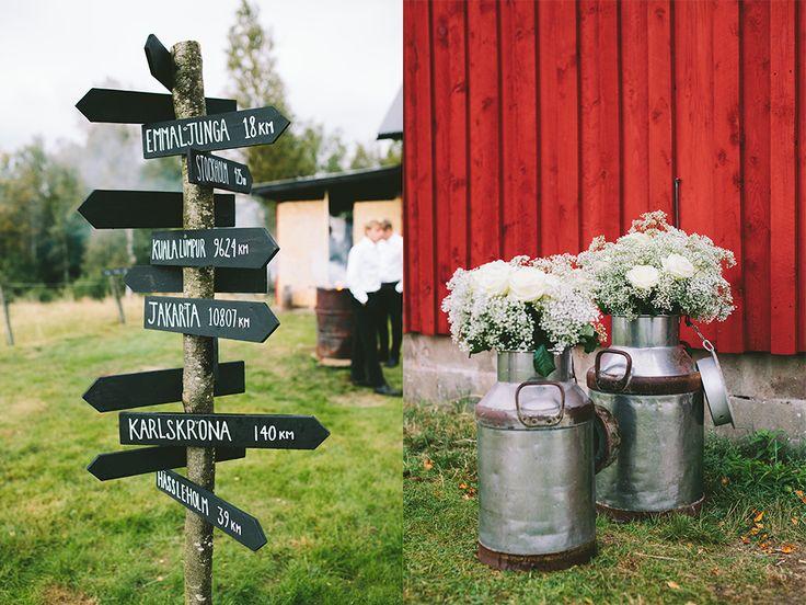 Bröllops-skyltar -  Bröllop i skogen - Bröllop i lada - Romantiskt och lantligt bröllop i Sverige, Fotograferat av Bröllopsfotograf Beatrice Bolmgren